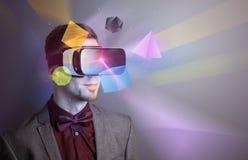 Homme d'affaires avec des lunettes de réalité virtuelle Photo stock