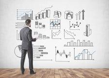Homme d'affaires avec des papiers, infographics Photos libres de droits