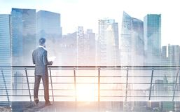 Homme d'affaires avec des papiers sur le balcon, paysage urbain Photos libres de droits