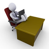 Homme d'affaires avec des pieds sur le bureau fonctionnant avec l'ordinateur portatif Image libre de droits