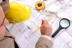 Homme d'affaires avec des plans architecturaux Photographie stock