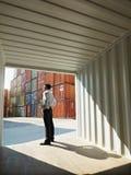 Homme d'affaires avec des récipients d'expédition Photographie stock libre de droits
