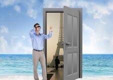homme d'affaires avec des verres de VR dans la plage avec la porte à aller à Paris Photo stock