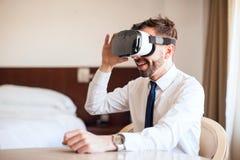 Homme d'affaires avec des verres de VR dans un hôtel Photos stock