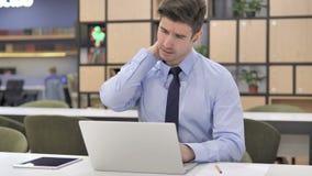 Homme d'affaires avec douleur cervicale au travail banque de vidéos