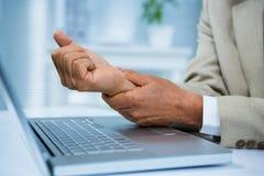 Homme d'affaires avec douleur de poignet Photographie stock