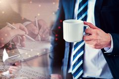 Homme d'affaires avec du café et l'argent Image stock