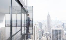 Homme d'affaires avec du café sur le balcon Image stock