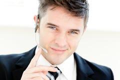 Homme d'affaires avec du charme avec le sourire d'écouteurs photos stock