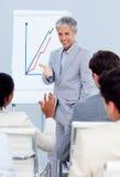 Homme d'affaires avec du charme faisant une présentation Photo libre de droits