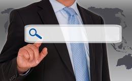 Homme d'affaires avec l'écran tactile de recherche d'Internet Photographie stock