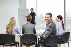 Homme d'affaires avec l'équipe dans le bureau Images stock