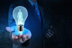 Homme d'affaires avec l'ampoule choisissant des personnes Images libres de droits
