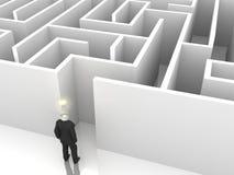 Homme d'affaires avec l'ampoule devant un labyrinthe mystérieux Image libre de droits