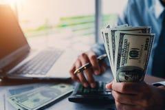 Homme d'affaires avec l'argent à disposition photos stock