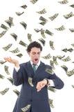 Homme d'affaires avec l'argent réalisant qu'il manque de temps Photos libres de droits
