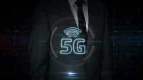 Homme d'affaires avec l'hologramme du symbole 5G clips vidéos