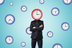 Homme d'affaires avec l'horloge au lieu de la tête sur le fond bleu de modèle d'horloge images libres de droits