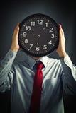 Homme d'affaires avec l'horloge noire, concept de date-butoir photo libre de droits