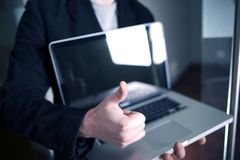 Homme d'affaires avec l'ordinateur portable Photographie stock