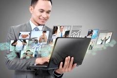 Homme d'affaires avec l'ordinateur portable Photo libre de droits