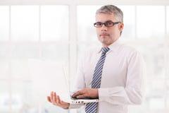 Homme d'affaires avec l'ordinateur portable. Photographie stock