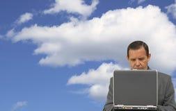 Homme d'affaires avec l'ordinateur portatif Photo stock