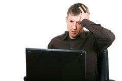 Homme d'affaires avec l'ordinateur portatif, jugeant principal dans des mains Image libre de droits