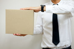 Homme d'affaires avec la boîte en carton postale photo stock