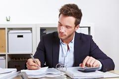 Homme d'affaires avec la calculatrice Photos stock