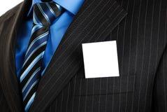 Homme d'affaires avec la carte de visite professionnelle de visite dans la poche Image stock
