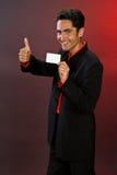 Homme d'affaires avec la carte en plastique. Images libres de droits