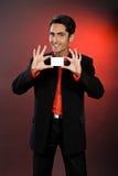 Homme d'affaires avec la carte en plastique. Image libre de droits