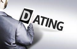 Homme d'affaires avec la datation des textes dans une image de concept photos stock
