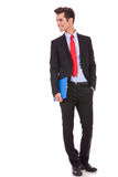 Homme d'affaires avec la planchette regardant à son côté Photo stock