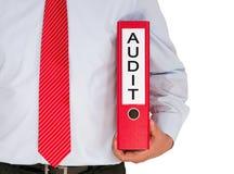 Homme d'affaires avec la reliure rouge d'audit Photographie stock