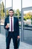Homme d'affaires avec la serviette et le café Photographie stock libre de droits