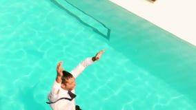 Homme d'affaires avec la serviette sautant dans la piscine banque de vidéos