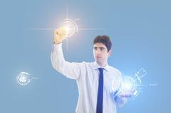 Homme d'affaires avec la surface adjacente virtuelle Photo stock