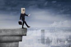 Homme d'affaires avec la tête de carton sur le dessus de toit 1 Images stock