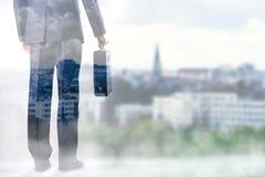 Homme d'affaires avec la valise à disposition Images libres de droits