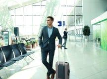 Homme d'affaires avec la valise dans le hall de l'aéroport Photo stock