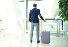 Homme d'affaires avec la valise dans le hall de l'aéroport Photo libre de droits