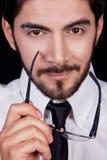 Homme d'affaires avec la verticale de barbe en verre de relation étroite Image stock
