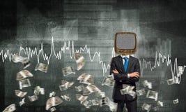 Homme d'affaires avec la vieille TV au lieu de la tête Photographie stock libre de droits