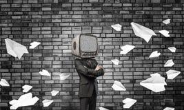 Homme d'affaires avec la vieille TV au lieu de la tête images stock