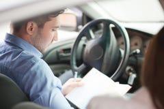 Homme d'affaires avec le bloc-notes se reposant dans le siège, regardant hors de la fenêtre Image libre de droits