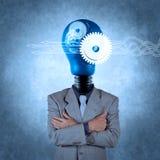 Homme d'affaires avec le cerveau tête de lampe en métal 3d comme concept Photographie stock