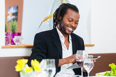 Homme d'affaires avec le comprimé dans le restaurant Photos stock