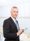 Homme d'affaires avec le comprimé numérique. Image stock